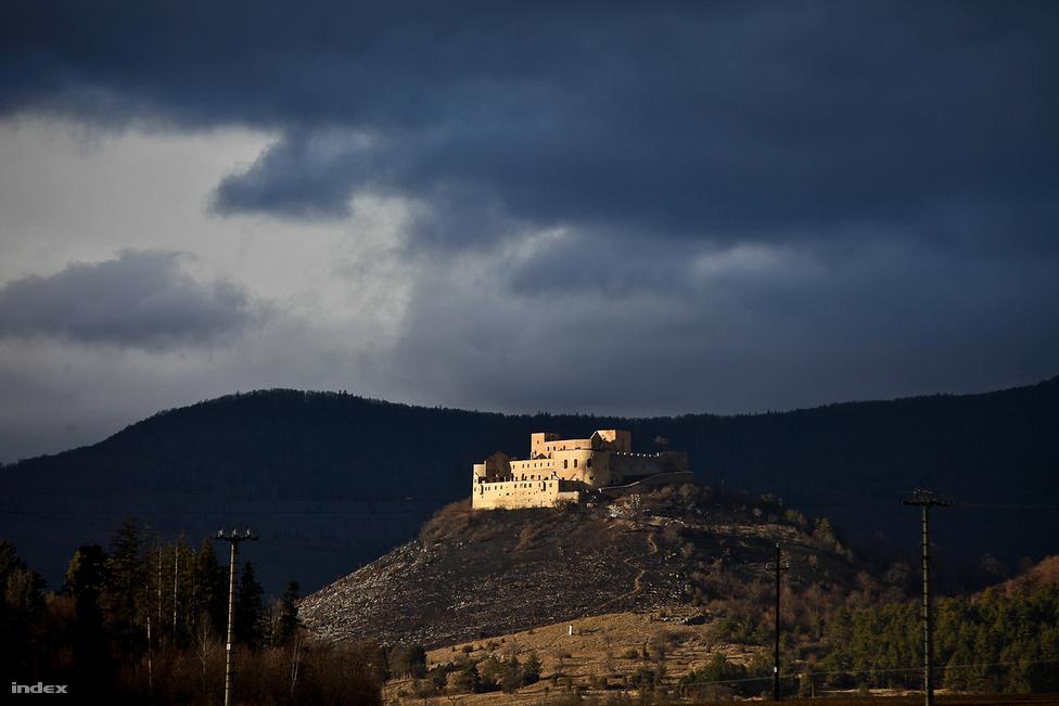 Leégett Krasznahorka vára. A tűz következtében teljesen beomlott a tetőszerkezet, de nemcsak a tető, a vár és a környező erdő is égett. (Március 12.)