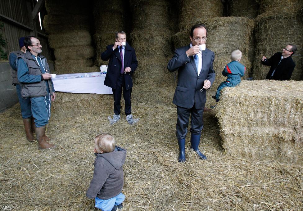 Elnökválasztási kampány Franciaországban. Francois Hollande, a szocialista párt jelöltje egy helyi képviselővel kávézik kampánykörútjának egyik vidéki állomásán. Hollande és pártja megnyerték a májusban tartott választásokat. (Február 23.)
