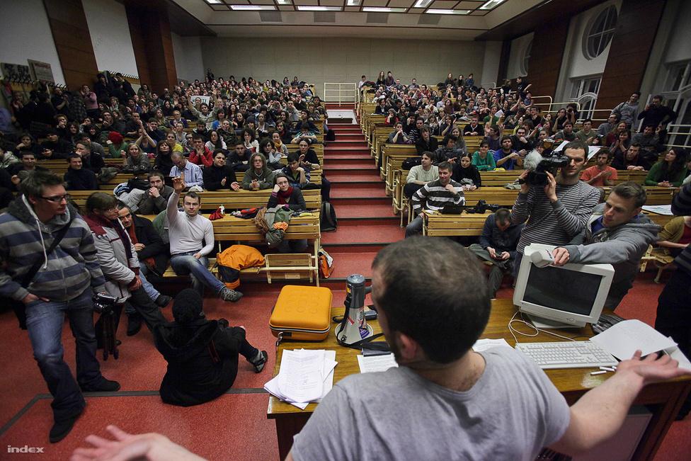 Egyetemfoglalásba torkollott a diáktüntetés. A felsőoktatás átszervezése elleni tüntetés résztvevői úgy döntöttek, több százan bemennek az ELTE épületébe, és hallgatói fórumot tartanak.  A vita leginkább arról szólt, hogyan folytatódjon az akció, később arról, meddig maradjanak benn, de magáról a vitáról is vitatkoztak. (Február 15.)