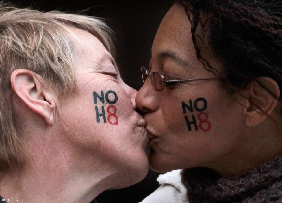 Egy jegyespár csókja Kaliforniában, miután az amerikai törvényhozás alkotmányellenesnek nyilvánította az azonos neműek házasságát tiltó előterjesztést (Proposition 8), így az ügy az amerikai legfelsőbb bíróság elé kerülhetett. (Február 5.)