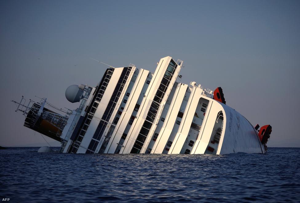 Zátonyra futott és elsüllyedt a Costa Concordia. Több mint 4000 ember utazott a hajó fedélzetén, a balesetben 15 ember meghalt,17-en eltűntek. (Január 14.)