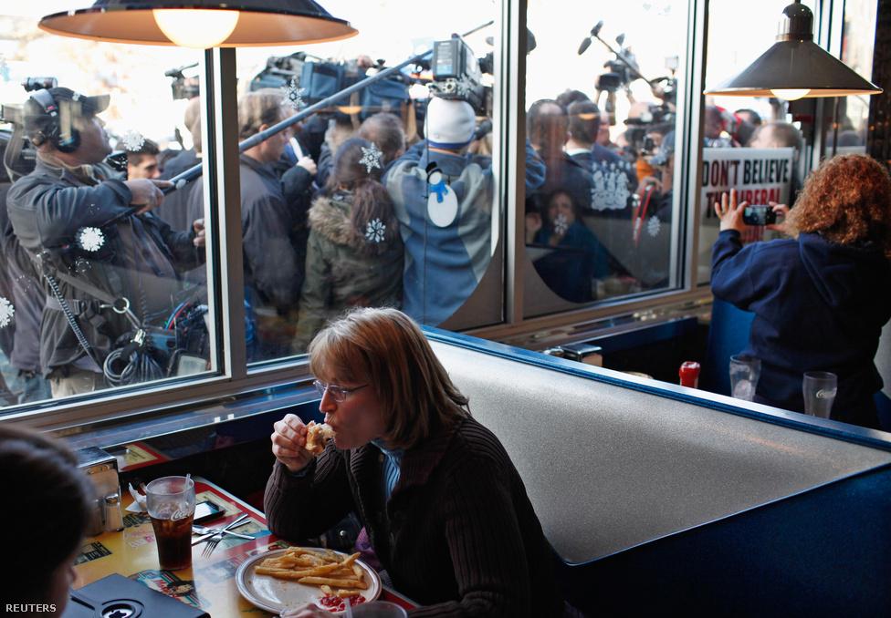 Egy nő reggelizik egy pennsylvaniai étteremben, mögötte a republikánus elnökjelölt, Nick Santorum érkezik egy sajtóeseményre. Már év elején biztosra lehetett tudni, hogy az idei választás Mitt Romney és Barack Obama között fog eldőlni. (Január 10.)
