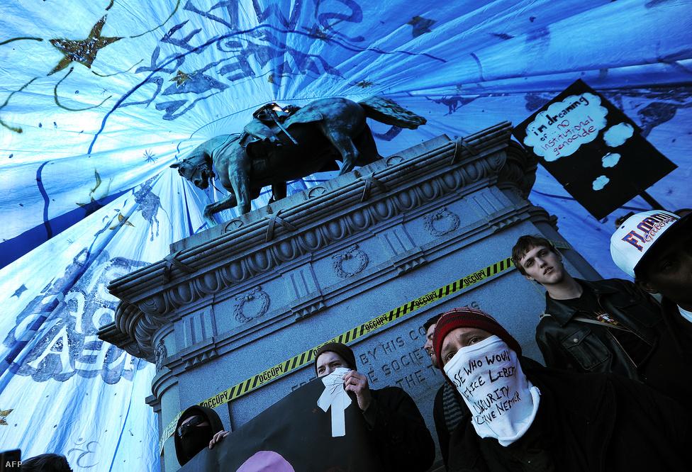 Occupy tüntetők Washingtonban. A társadalmi- és gazdasági egyenlőtlenségek ellen tüntetőket tömörítő mozgalom táborát az év elején számolta fel a Washingtoni rendőrség. A tüntetők ezután New Yorkba költöztek, ahol a Wall Streeten vertek tábort. (Január 31.)