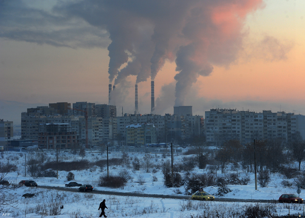 Egy munkás sétál a hófödte Bulgáriában.                         A kemény tél az év elején nem kímélte Európát: Bulgáriában január 31-én rekord hideget mértek, az extrém tél miatt bezártak az iskolák, az üzletek nyitva tartását korlátozták, és lassult a dunai hajózás. (Január 31.)