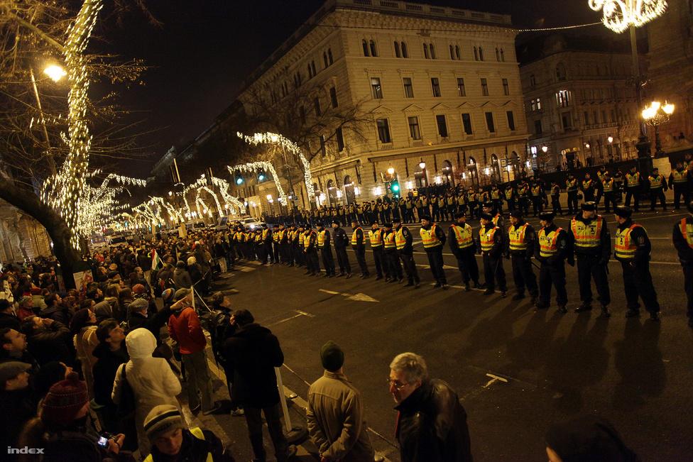 Ellenzéki tüntetés Budapesten az Operaház előtt. Az épületben a kormány ünnepelte az új alaptörvény január elsejei hatályba lépését, az Andrássy úton ellenzéki politikai pártok és civilek tüntetettek ellene. A január másodikai tüntetés volt a legnagyobb ellenzéki megmozdulás 2012-óta, de az MTVA-botrány kirobbanása miatt is emlékezetes marad. (Január 2.)