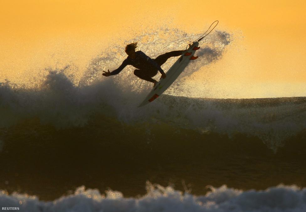Szörfös a kaliforniai Irvine-ban, január ötödikén.