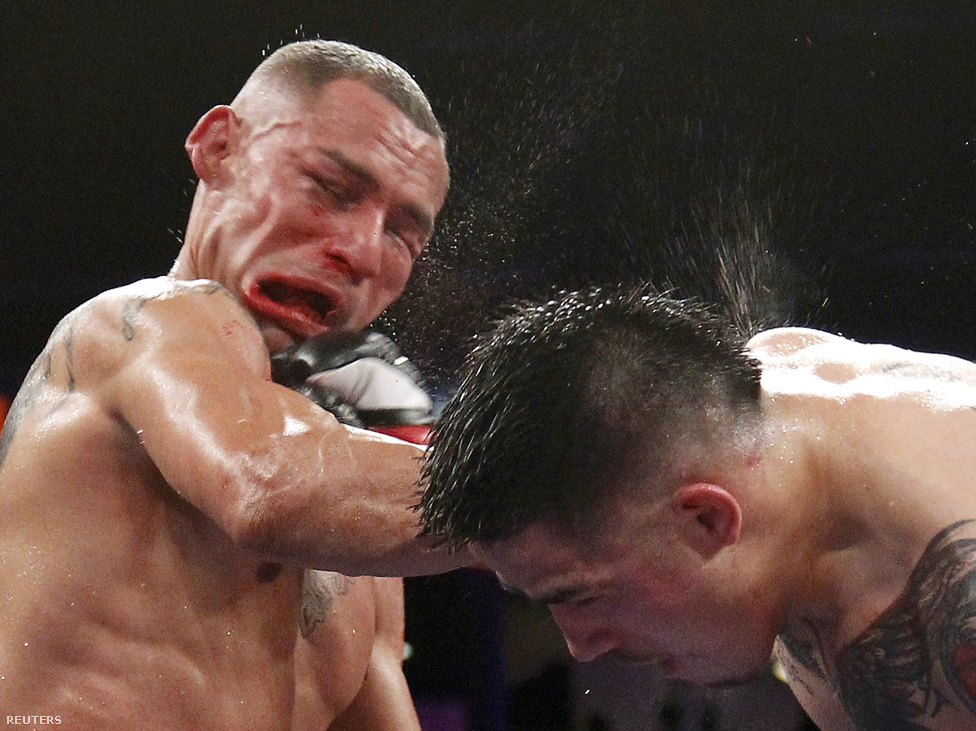 Mike Alvarado ökölvívó arca torzul el egy Brandon Riostól bekapott horogtól a WBO Latino pehelysúlyúak címmeccsén október 13-án.