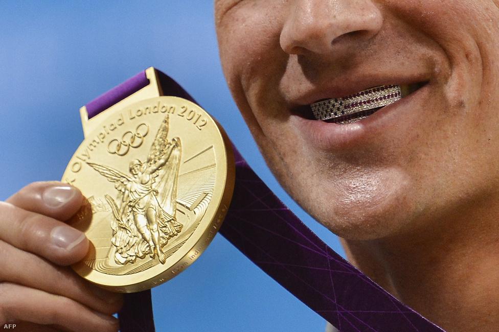 Ryan Lochte csillagos-sávos fogvédőt villant aranyérmével együtt a férfi 400 méteres vegyesúszás eredményhirdetésén július 28-án. Gyurta Dániel és Hrisztov Éva állhattak magyar úszóként a dobogó tetején az idei olimpián, Cseh László a 200 vegyesen bronzérmet nyert.