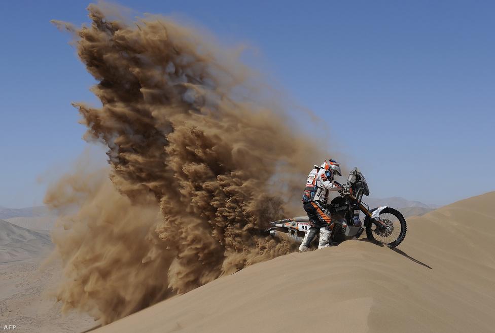 A francia Christophe Blondeau próbál életet lehelni motorjába a Chilében rendezett Dakar ralin, miután leakadt egy homokbuckán a Copiao-Copiao szakaszon.