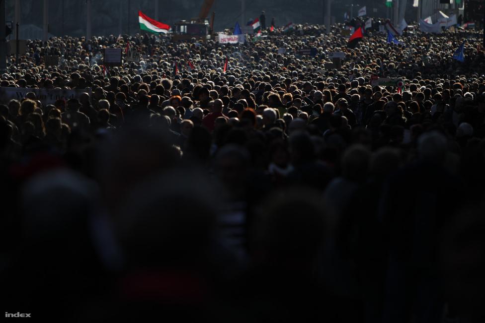 Civil demonstráció a Ferenciek terén. Március 15-én hatalmas tömeg gyűlt össze a Milla rendezvényére, az eseményről csupán egy vezéralak hiányzott. Az egymilliós tüntetéssorozat legfontosabb tanulsága március 15-én vált minden eddiginél nyilvánvalóbbá: politikus és politikai program nélkül nehéz izgalmas tüntetést tartani.