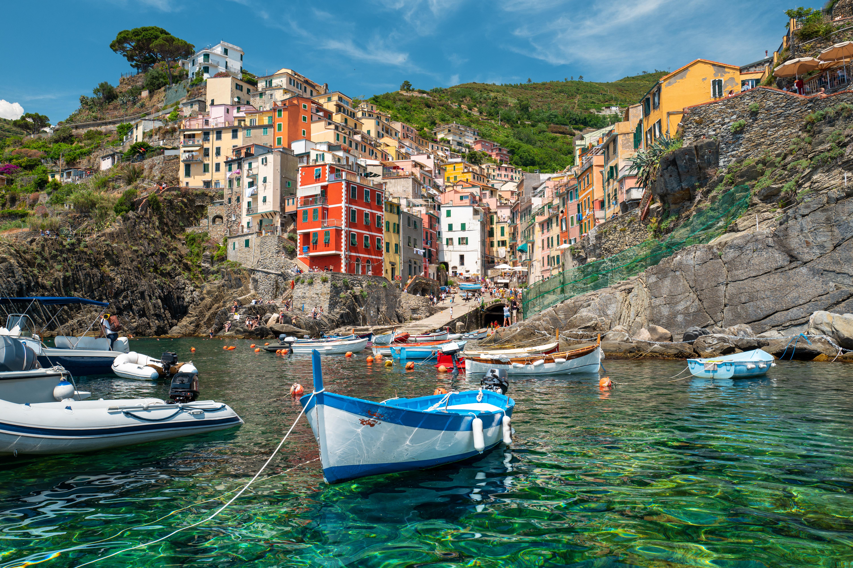 Melyik régióban található a színes házairól ismert Cinque Terre, azaz az Öt föld vidéke?