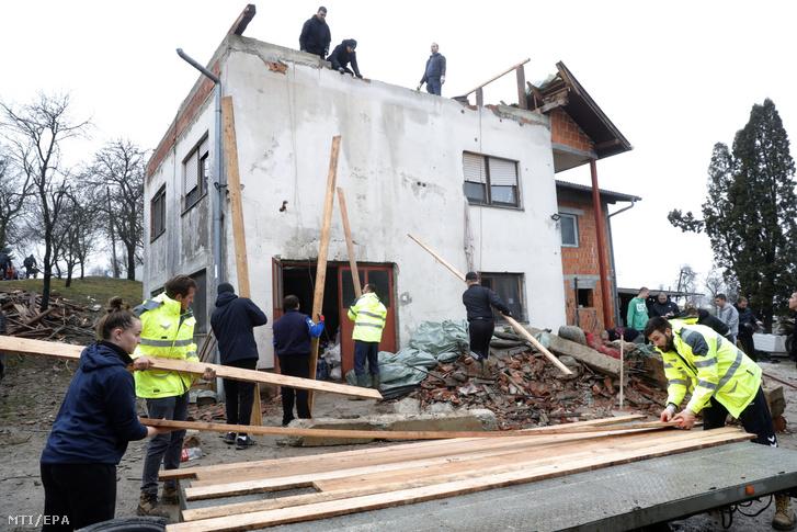 Földrengésben megrongálódott ház helyreállításán dolgoznak a Petrinja közelében fekvő Strasnik faluban 2021. január 4-én