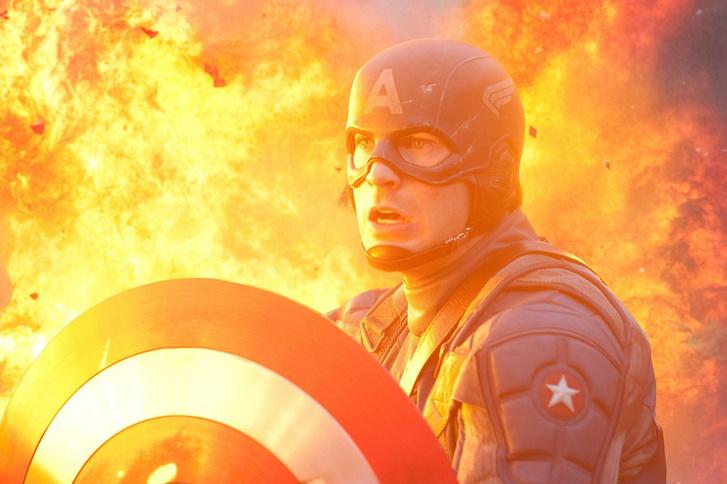 Chris Evans Steve Rogers, azaz Amerika Kapitány szerepében az Amerika Kapitány: Az első bosszúááló című filmben.
