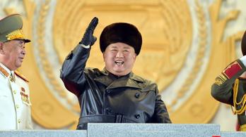 Új rakétákkal parádéztak Észak-Koreában