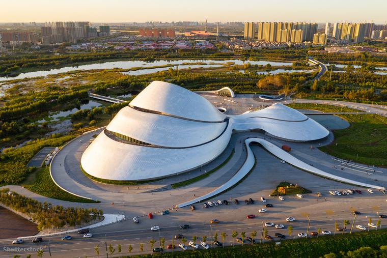 Az épületet egy híres kínai építész,  Ma Yansong tervezte, akit a jurták formavilága ihletett meg
