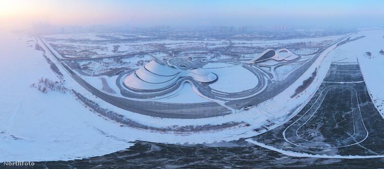 Bár a tájat belepte a hó, ami miatt úgy tűnik, a különleges objektum a semmi közepén áll, ez nem így van, csak a nagy fehérségben szinte minden összemosódik.