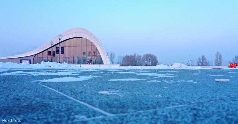 Íme egy kevésbé festői szemszögből elkészített fotó az épületről, amiről most már el is áruljuk, hogy micsoda: egy operaház