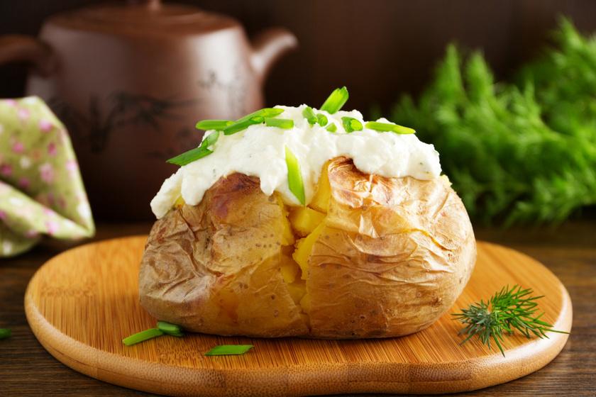 sütőben sült krumpli tejföllel recept