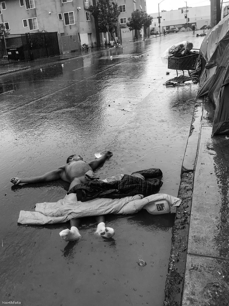 A Skid Row-n semmin sem szabad meglepődni: itt éppen egy meztelen férfi fekszik az úttesten egy pocsolyában, az esőben