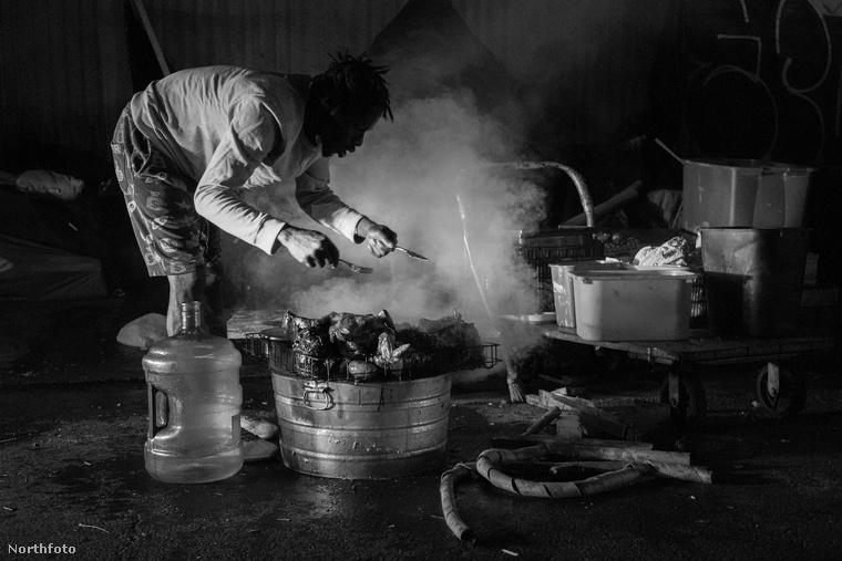 A főzést-étkezést nem könnyű ilyen körülmények között megoldani, de az itt lakók megteszik, amit tudnak