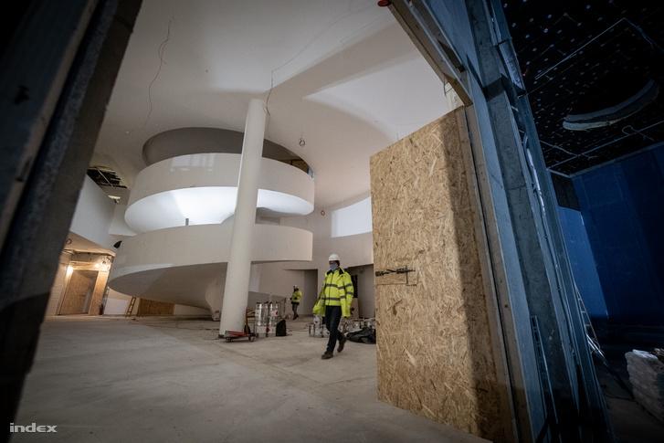 A rugót idéző alsó csigalépcső szakasz betonból készült, a zsaluszerkezetet a helyszínen építették fel. Elkészítése több hetet vett igénybe.