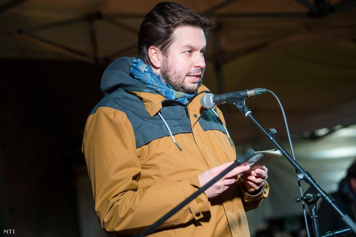 Vig Dávid beszédet mond az Utcazene az utcán élőkért című ingyenes koncerten a Széll Kálmán téren 2018. december 10-én