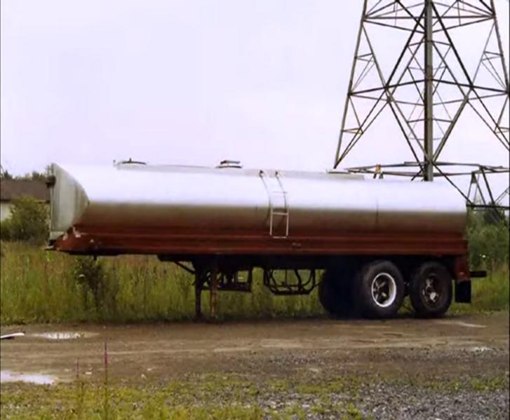 Heil márkájú, tejszállító tartálykocsi. A rozsdamentes, duplafalú felépítmény ideális a vízre.