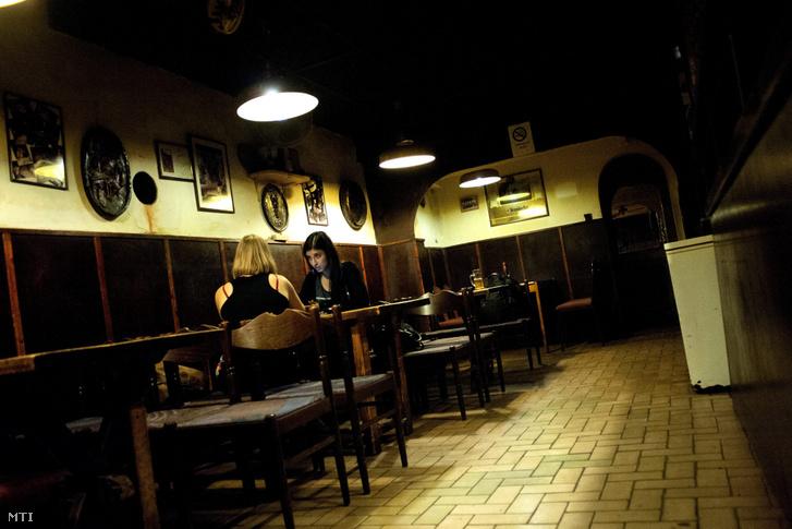 Vendégek a Wichmann-kocsmában, a budapesti Kazinczy utcában