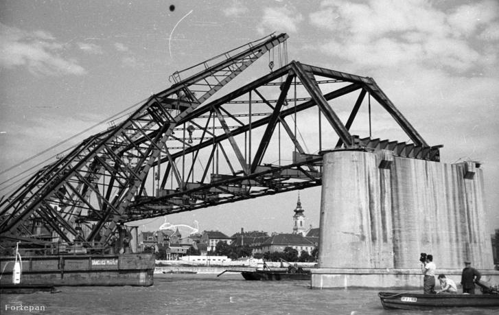Úszódaruk leemelik a híd medernyílásának vasszerkezetét. Előtérben a Táncsics Mihály úszódaru.