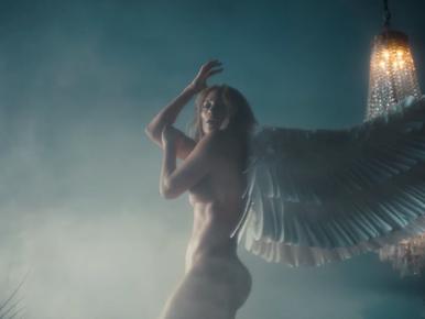 Lehet, hogy Jennifer Lopez új klipje tele van szimbólumokkal, de az sokkal feltűnőbb, hogy tök pucér benne