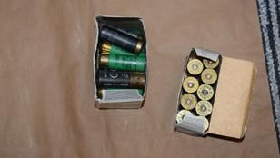 Engedély nélkül tartott lőfegyvert és lőszereket foglaltak le Pécsett