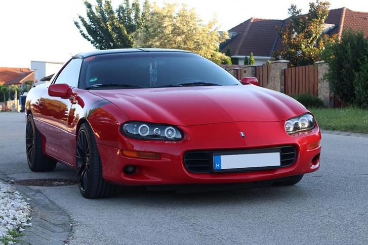 Ferrari, Porsche vagy valami francia, mert ott az eléjen a francia zászló.