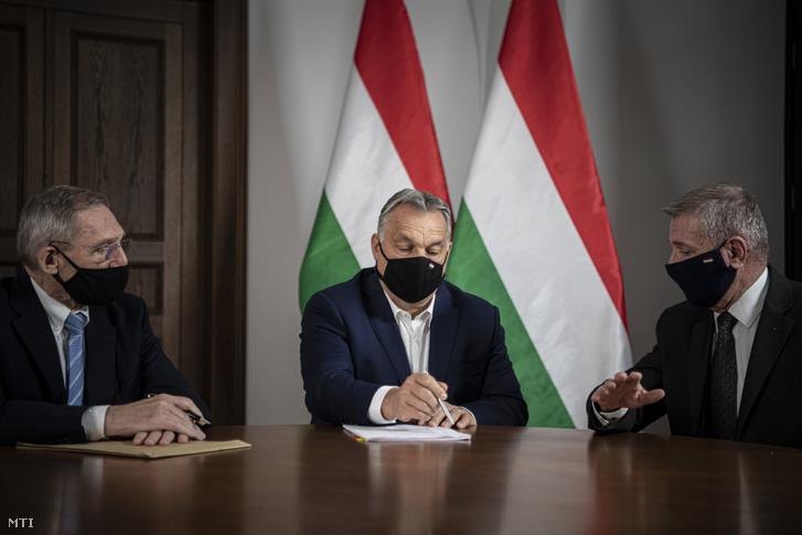 A Miniszterelnöki Sajtóiroda által közreadott képen Orbán Viktor miniszterelnök (k) Pintér Sándor belügyminiszterrel (b) és Benkő Tibor honvédelmi miniszterrel egyeztet a karmelita kolostorban 2020. november 11-én. Fotó: MTI/Miniszterelnöki Sajtóiroda/Benko Vivien Cher