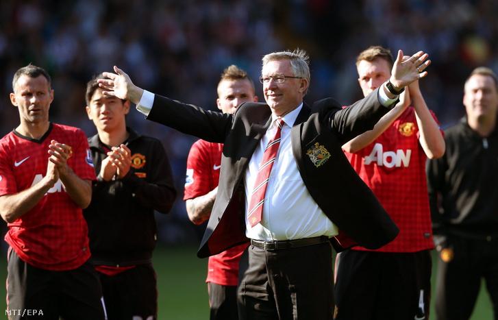 Sir Alex Ferguson, a Manchester United vezetőedzője búcsúzik a szurkolóktól, miután befejeződött csapatának a West Bromwich Albion ellen az angol első osztályú labdarúgó-bajnokságban játszott mérkőzése Birminghamben 2013. május 19-én