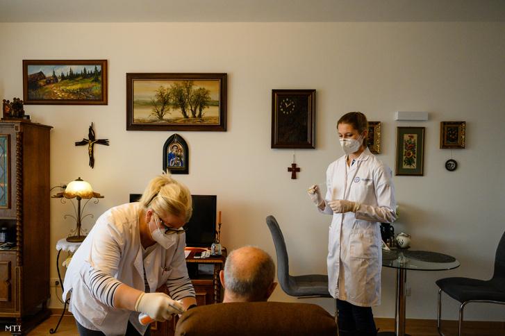 Egy lakó megkapja a Moderna amerikai biotechnológiai cég koronavírus elleni vakcináját a veszprémi Életöröm Idősotthonban