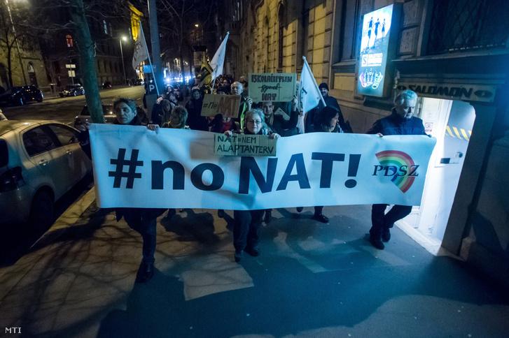 Résztvevők az Alkotmány utcában a Pedagógusok Demokratikus Szakszervezete (PDSZ) demonstrációján, amelyen az új Nemzeti alaptanterv (Nat) és a szakképzés átalakítása ellen tiltakoztak 2020. február 14-én