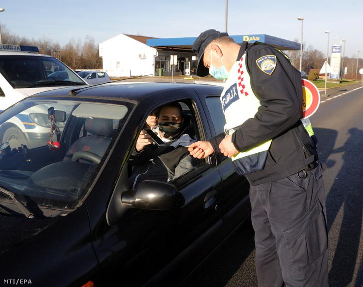 Egy autóst ellenőriz egy horvát rendőr két megye határánál, Lekenik falu térségében