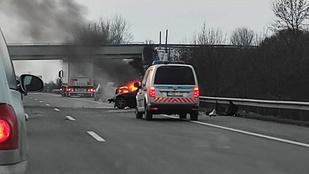 Lángol egy autó az M3-ason, lezárták a sztrádát