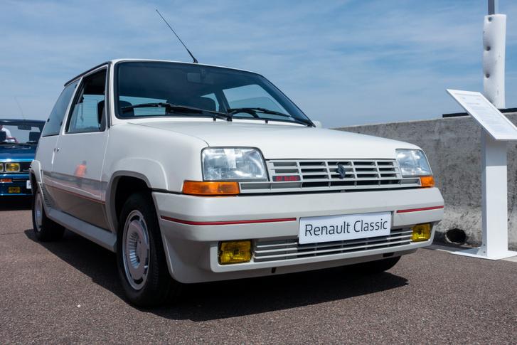 A Renault 5 GT Turbo fejlesztői örültek, hogy egyáltalán a teljesítményt növelni tudták turbóval. Az, hogy alul nem ment az autó, nem különösebben zavarta őket