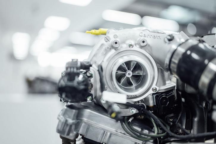 Bepillantva a szívócsonkba jól látszik a centrifugálkompresszor lapátkereke
