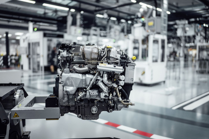Már az M139-es motoron az új elektromos turbó. Először az idén bemutatkozó AMG C63-asba szerelik be, természetesen hosszában