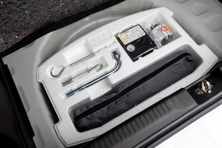 Csak gumijavító készlet van a csomagtartó alatt