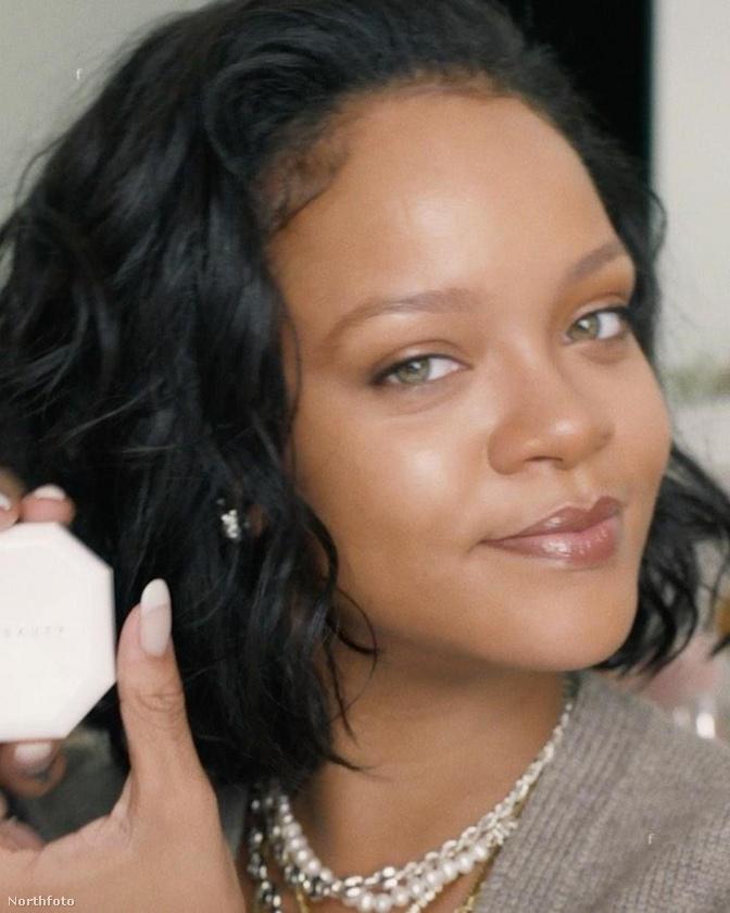 Emlékeztetőül: ilyen Rihanna sokkal natúrabb arccal (ekkor éppen a saját sminkcuccait reklámozta).