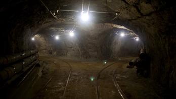 Tragédia az aranybányában, életjelt adtak a föld alatt rekedt kínai bányászok