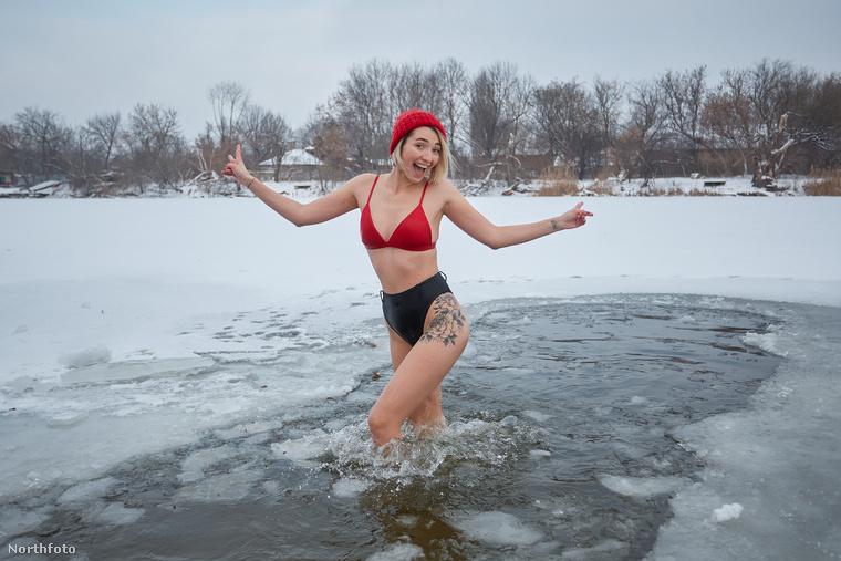 Bezzeg a lapozgatónk nyitóképén szereplő hölgy úgy pózol, mintha a világ legtermészetesebb dolga lenne, hogy térdig érő jeges vízben áll