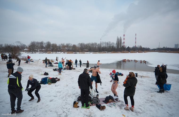 Ez a körülbelül kéttucatnyi lengyel ember a Varsóban található Czerniakowskie nevű tóhoz sétált ki, hogy ruhájuktól megszabadulva úszkáljanak a fagyos tóban.