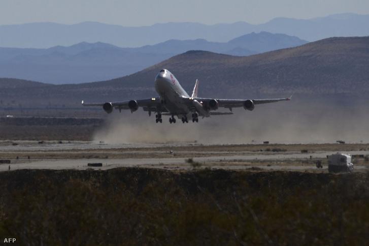 A Virgin módosított Boeing repülőgépe szárnya alatt a Lanucher One hordozórakétával száll fel