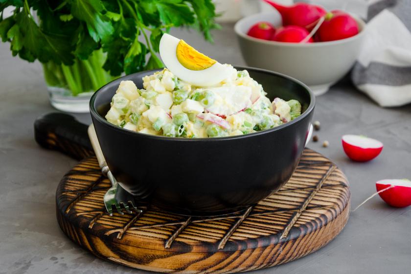 Bőséges, majonézes krumplisaláta tojással, zöldborsóval és retekkel: jól behűtve az igazi