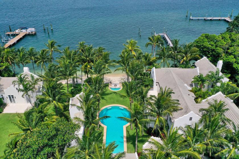 Ebben az álomszép környezetben, a part festői panorámájára ébred Sylvester Stallone a legújabb Palm Beach-i házában.
