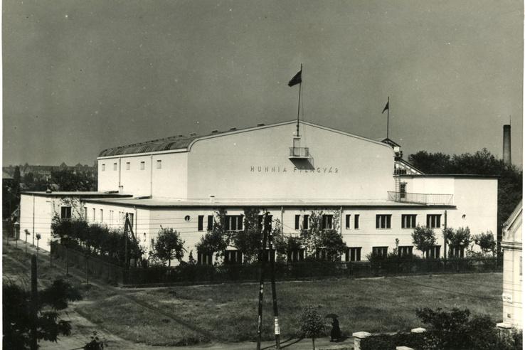 A Hunnia III-IV. műterme, amely 1936-ban épült a Korda Sándorék által 1917-ben alapított zuglói filmgyár telepén. A hatalmas csarnok a maga korában a legmodernebb volt Európában, saját áramfejlesztővel, szűrt levegőjű klímával és a mennyezeten elhelyezett futódaruval. A műteremben, melynek padlószintje alatt hatalmas vizes medence is épült, még ma is naponta forgatnak stábok.